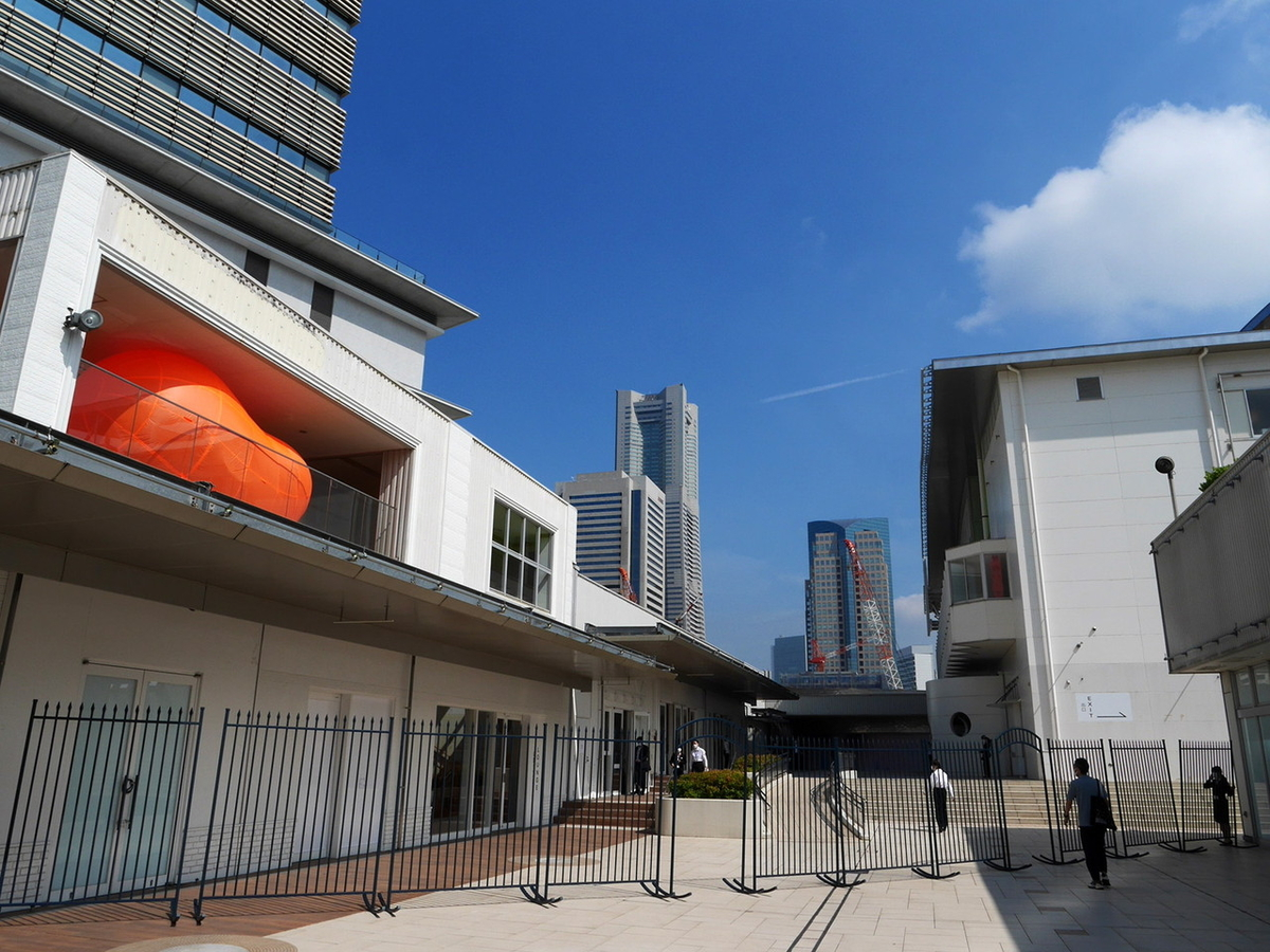 ヨコハマトリエンナーレ2020展示風景より さとうりさ《双つの樹(橙)》2020