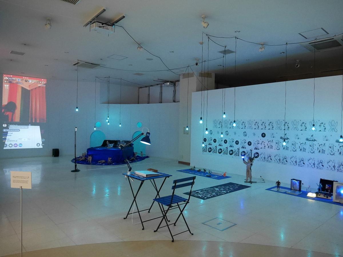 ヨコハマトリエンナーレ2020展示風景より ラス・リグタス《プラネット・ブルー》2020