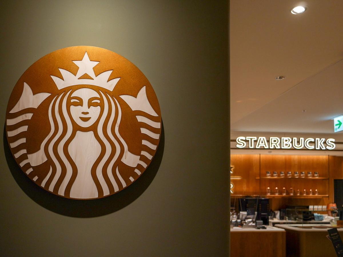 スターバックス ニュウマン横浜店のロゴの色はカッパーゴールド!