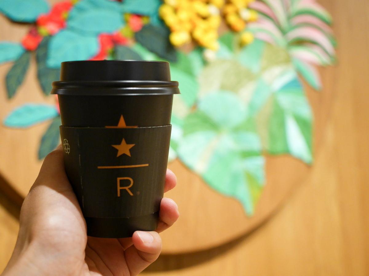 スターバックス リザーブ CBブレンド(ショート400円、トール440円)。ブラックにゴールドのトレードマークを配したスタイリッシュなカップで