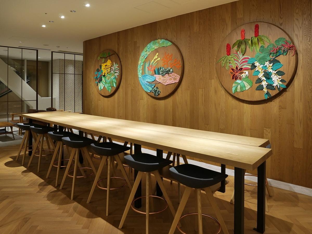 壁面には店舗に合わせて制作されたオリジナルアート作品が飾ってあります