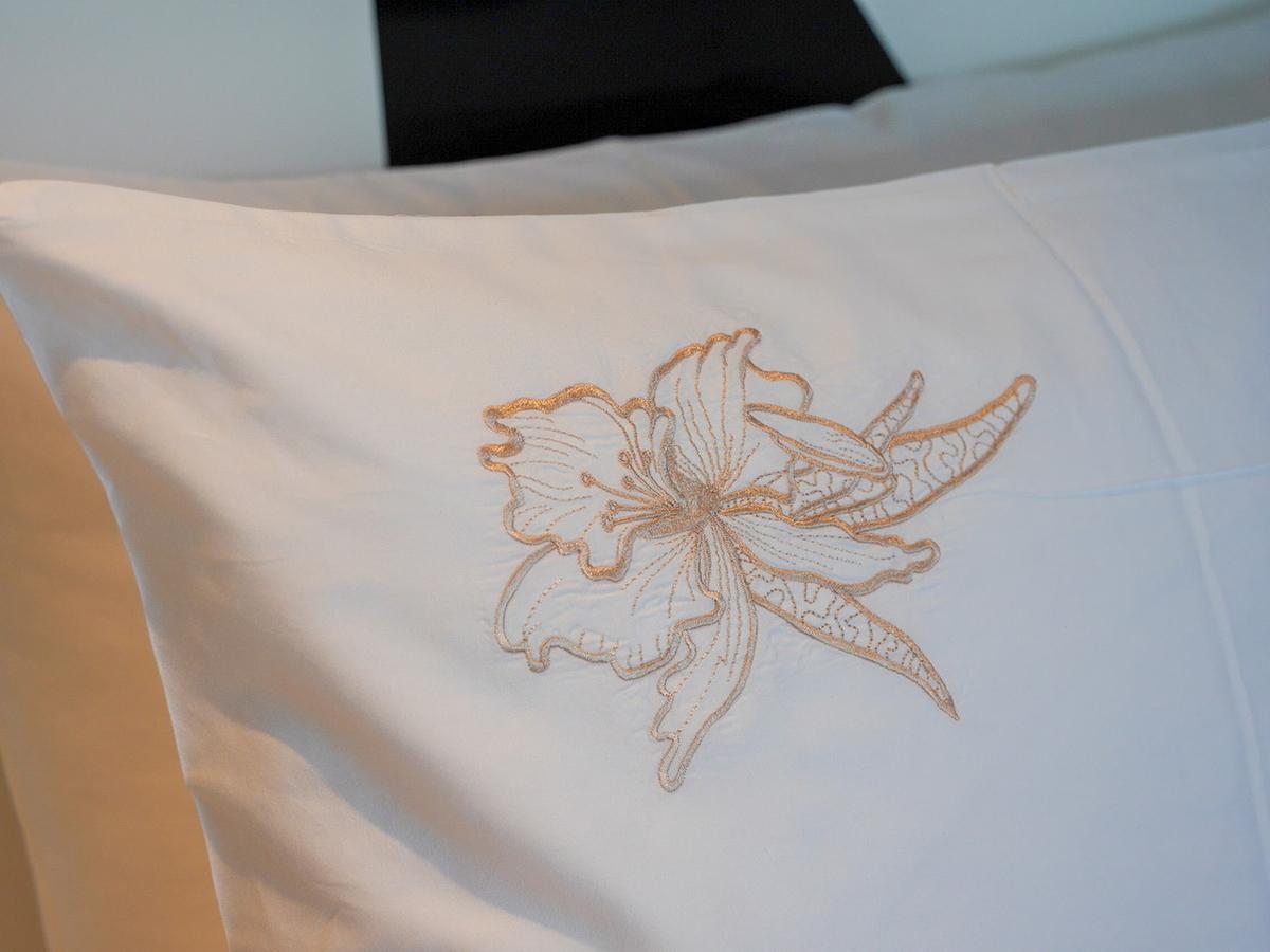 ピローケースにはハワイのザ・カハラと同じ、プルメリアの刺繍が施されています