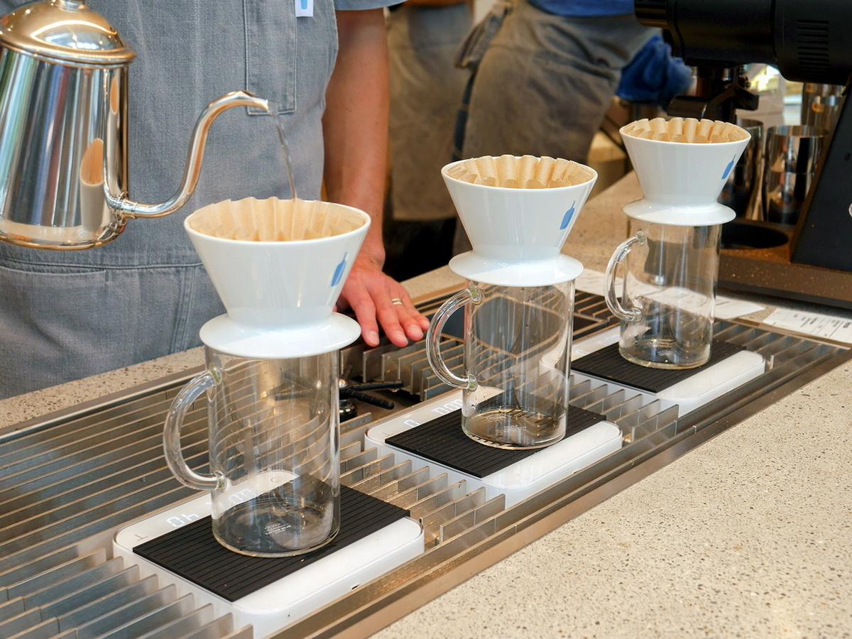 1杯ずつハンドドリップされるコーヒー(ブレンド450円~、シングルオリジン550円、ディカフェ500円 いずれも税別)