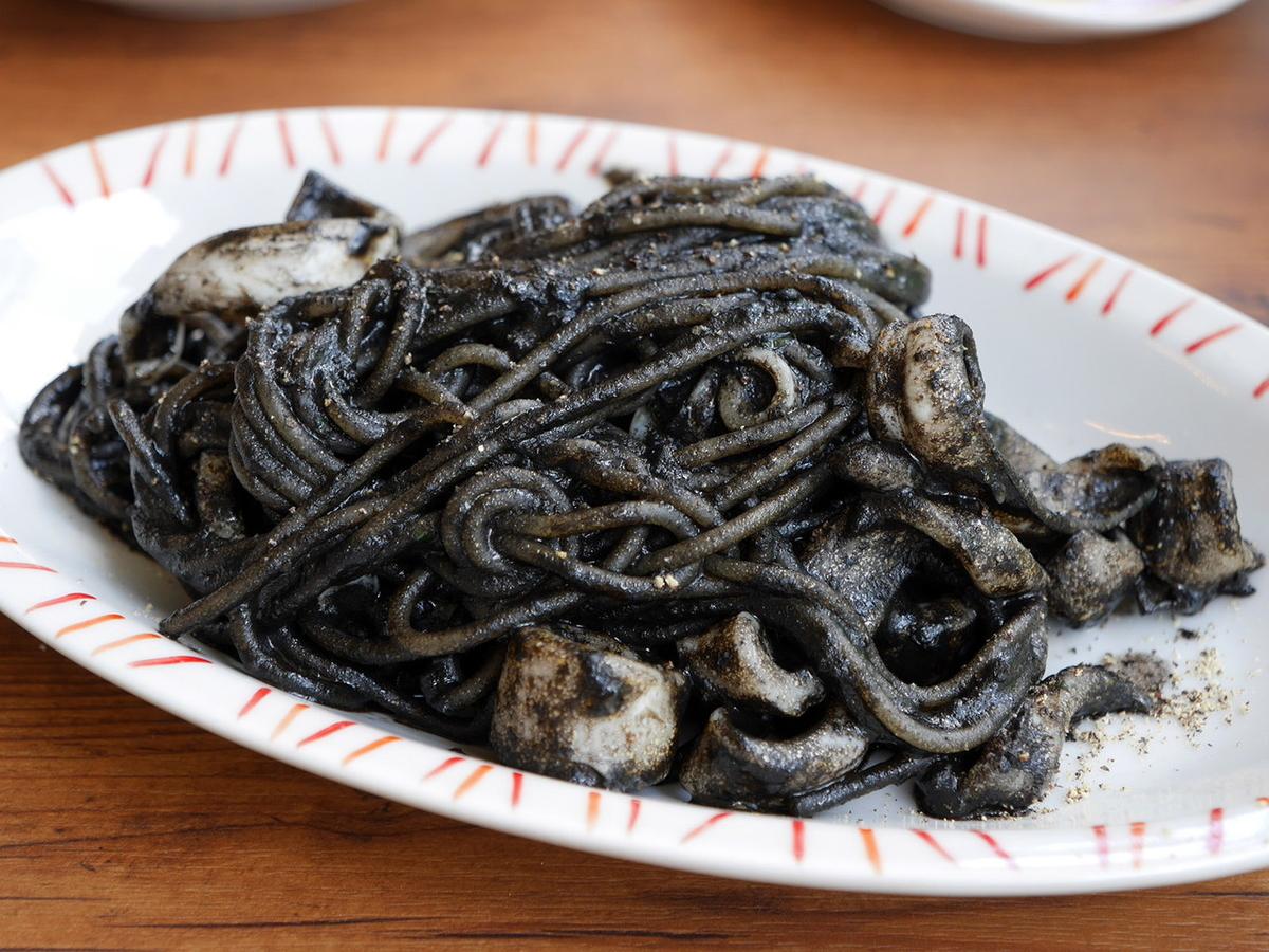 イカ墨のスパゲッティ 黒胡椒風味