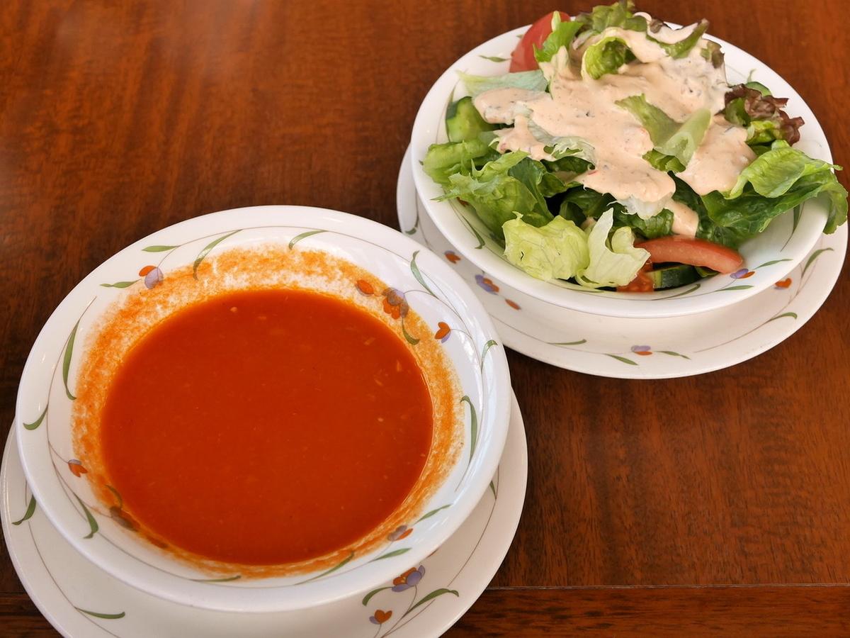 スペシャルセットにはスープ、サラダがつきます