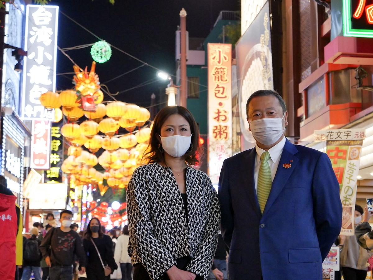 点灯式に登壇した中華街発展会 春節実行委員長・陣恵さん(左)と高橋伸昌理事長(右)
