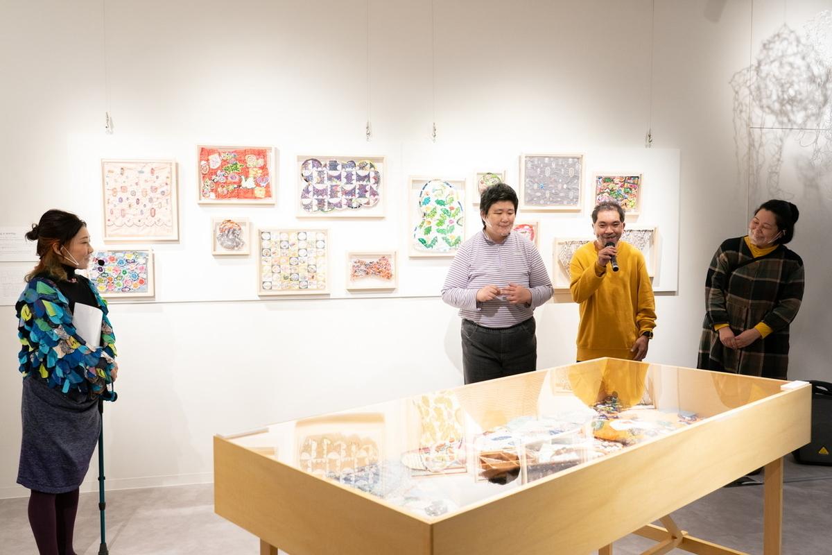 港南福祉ホームとミナ ペルホネンとのコラボ作品「sing a sewing」展示・販売の様子(撮影=加藤甫)