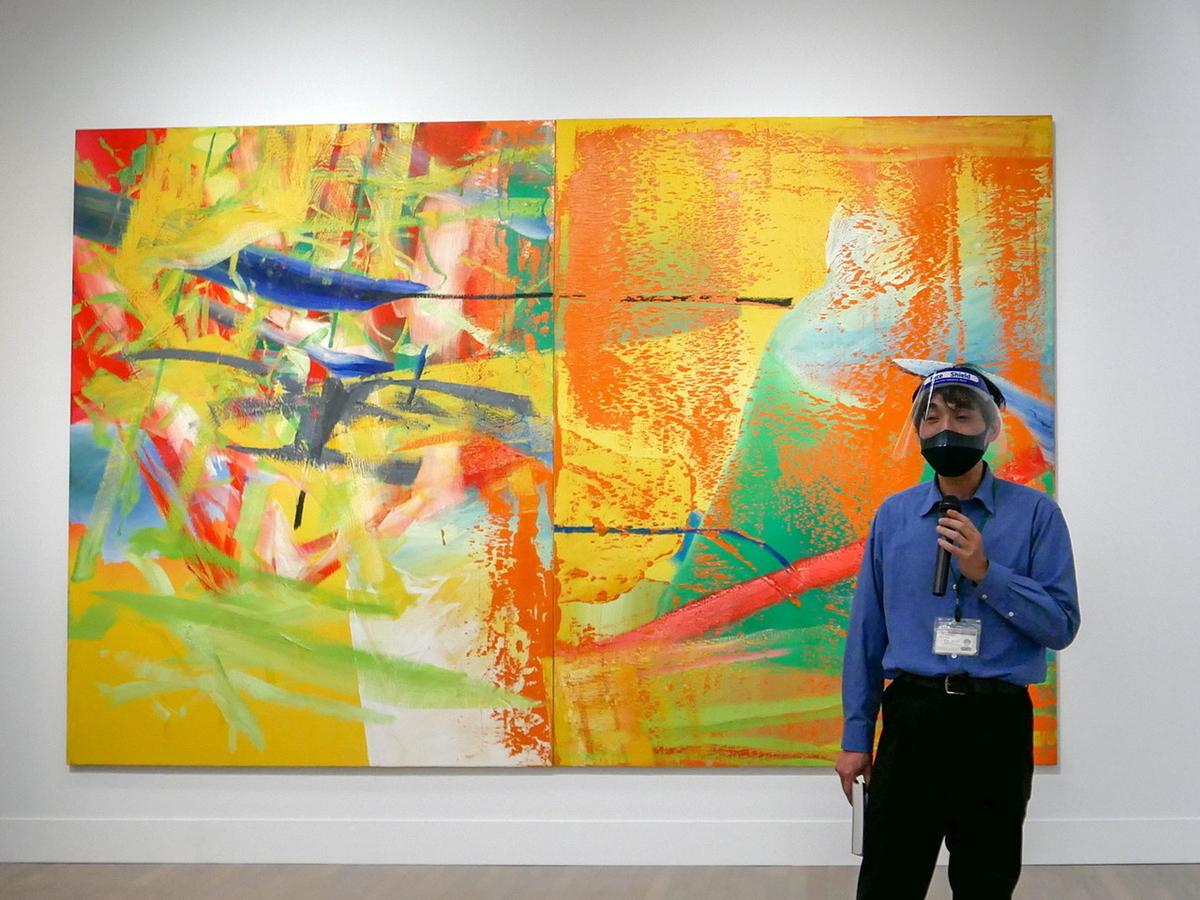 展示について解説する横浜美術館・松永真太郎主任学芸員 ゲルハルト・リヒター《オランジェリー》1982年 富山県美術館蔵 ©︎ Gerhard Richter 2020(16062020)