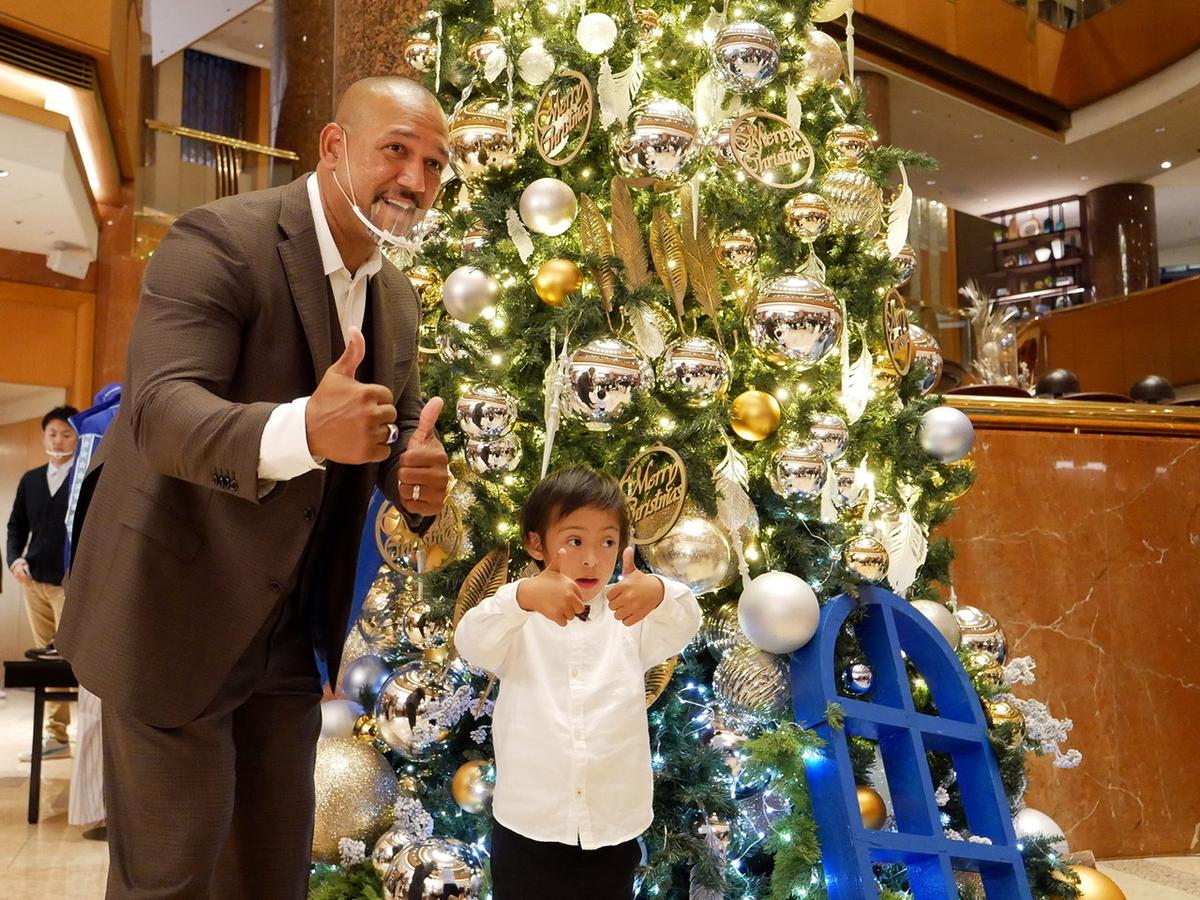 点灯したクリスマスツリーの前で、ラミレスさんと長男・剣侍(けんじ)くん