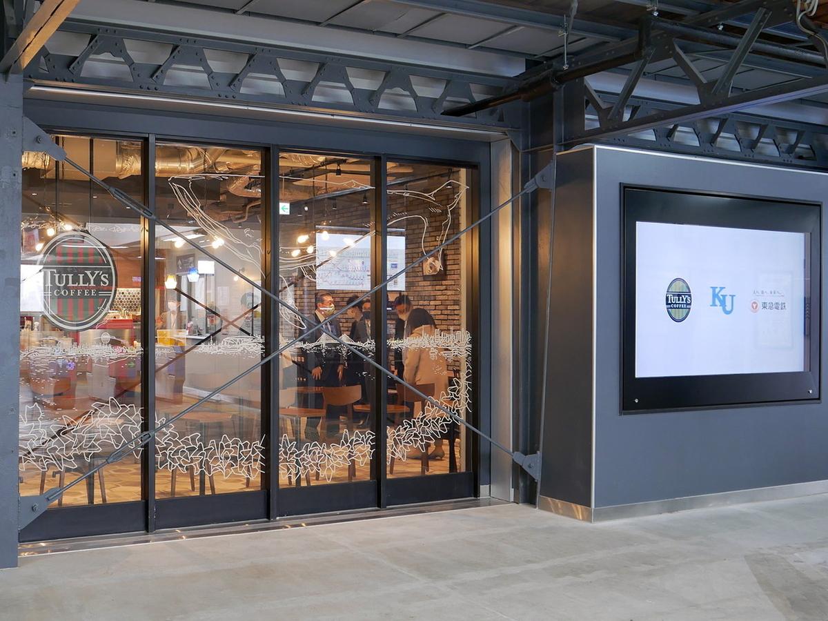 店舗外側には大型デジタルサイネージを設置