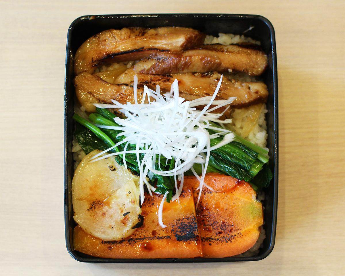 旭区野菜と豚トロ蒲焼き丼(1320円税込)