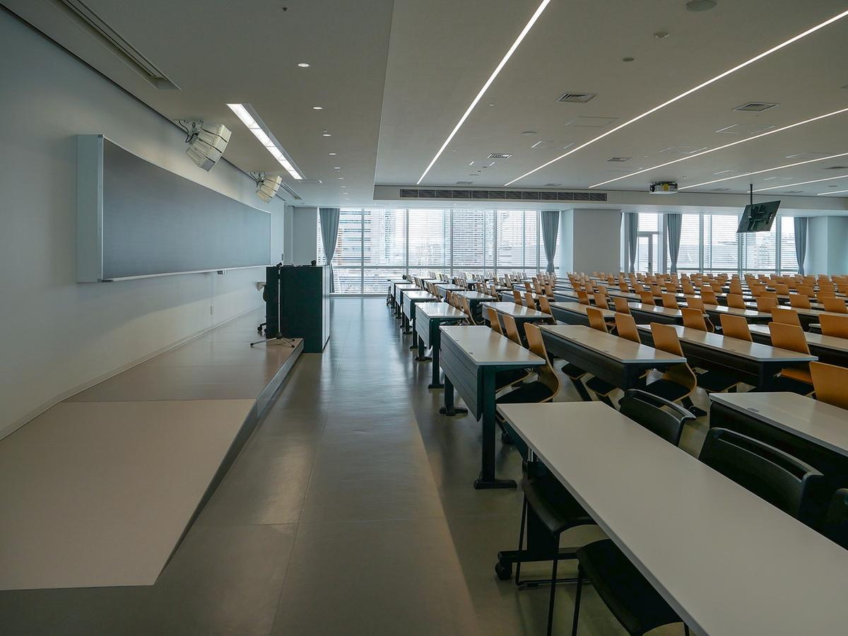 一部講義室には教壇にスロープを設置