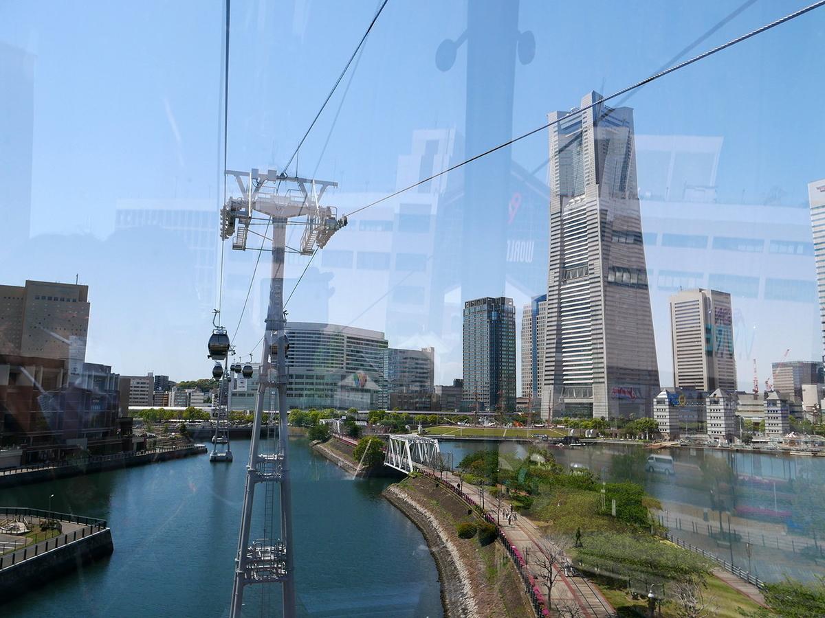 横浜ランドマークタワーを望む