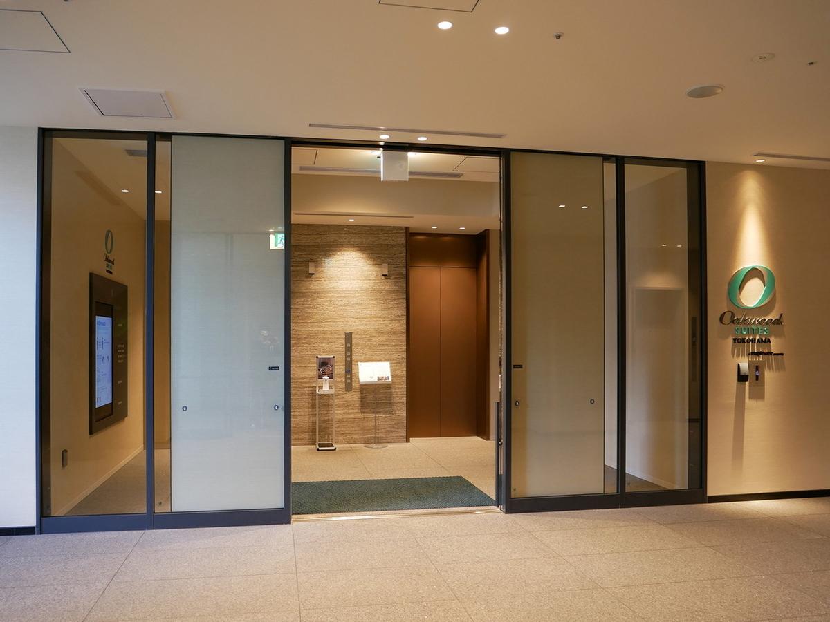 「水信フルーツパーラー」裏側オークウッドスイーツ横浜へ向かう46階直行エレベーターへ