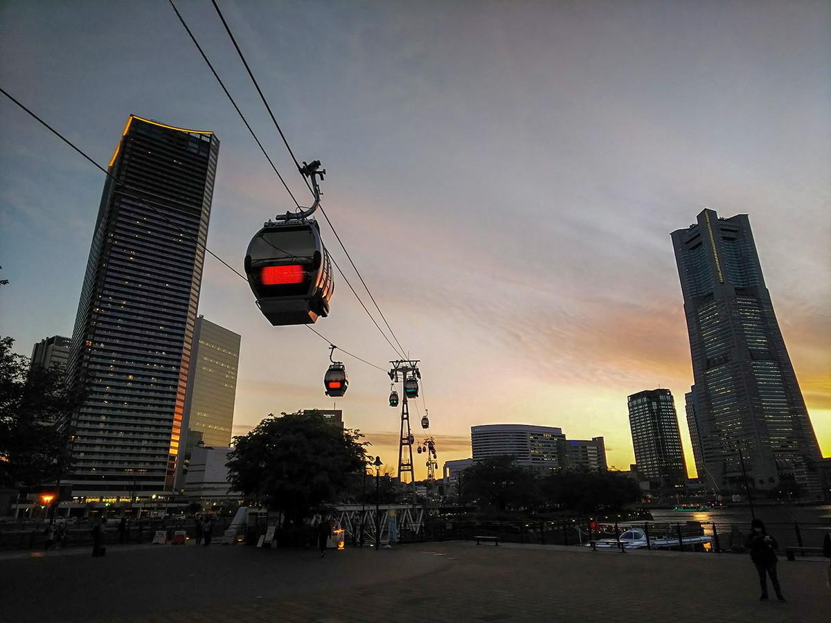 ランドマークタワーをバックに夕暮れ時の横浜ロープウェイ