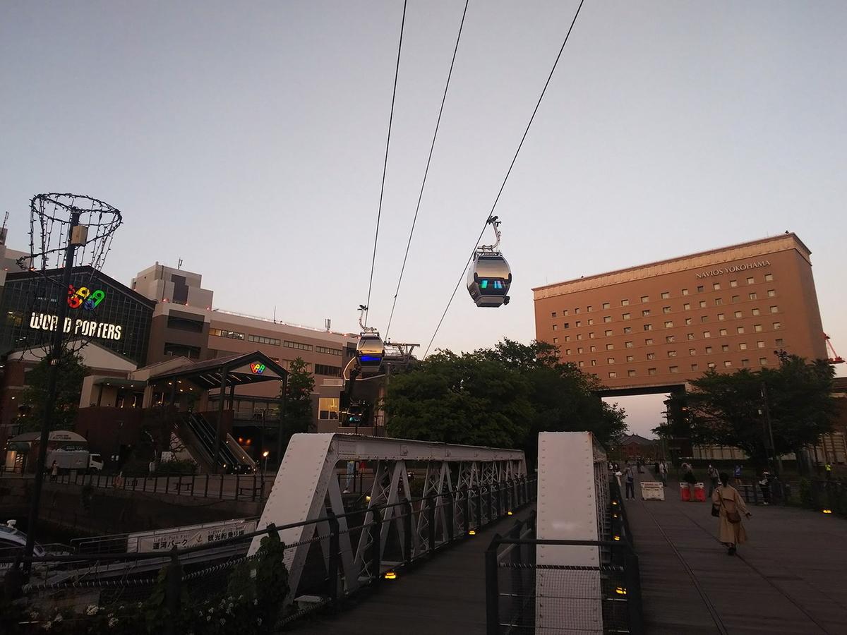 ナビオス横浜をバックに夕暮れ時のエアキャビン