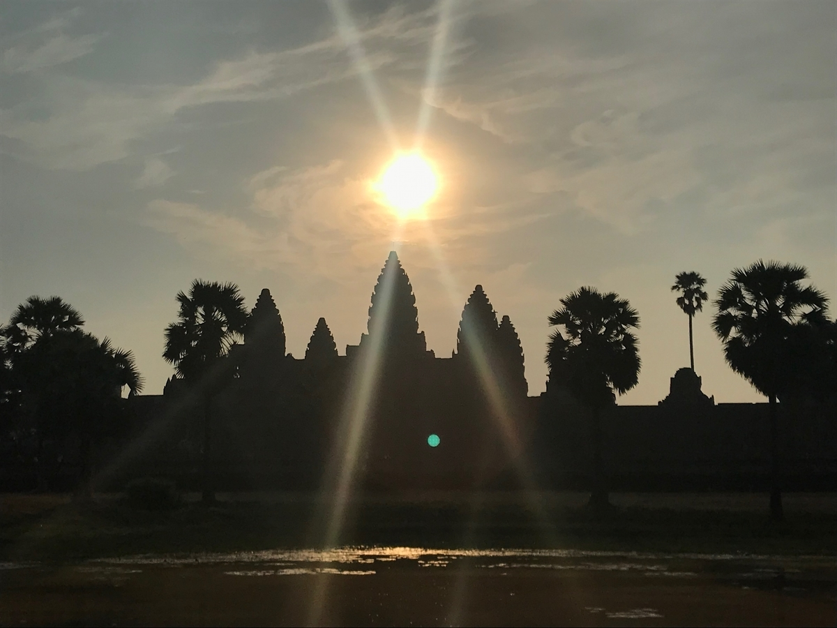 カンボジア国旗にもあるアンコールワット(逆光)