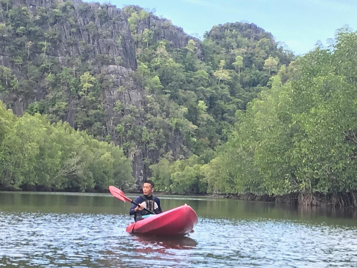 ランカウイ島の自然を解説するTakaさん