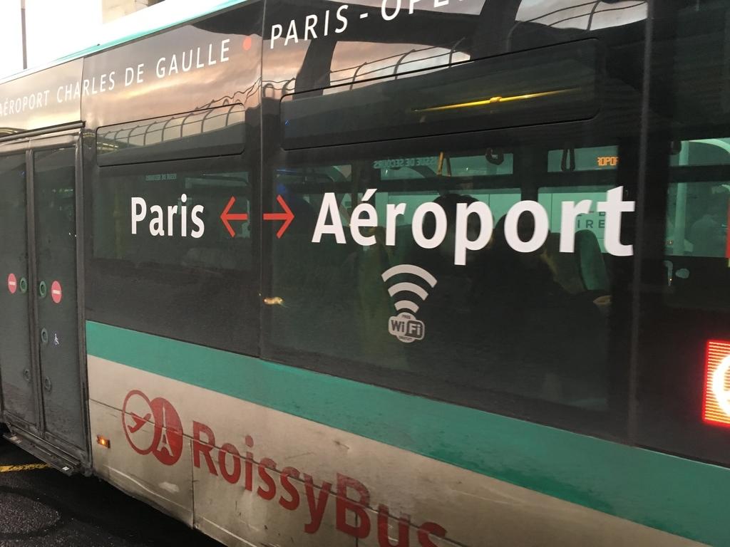 ロワシーバスはパリ市内と空港を結びます
