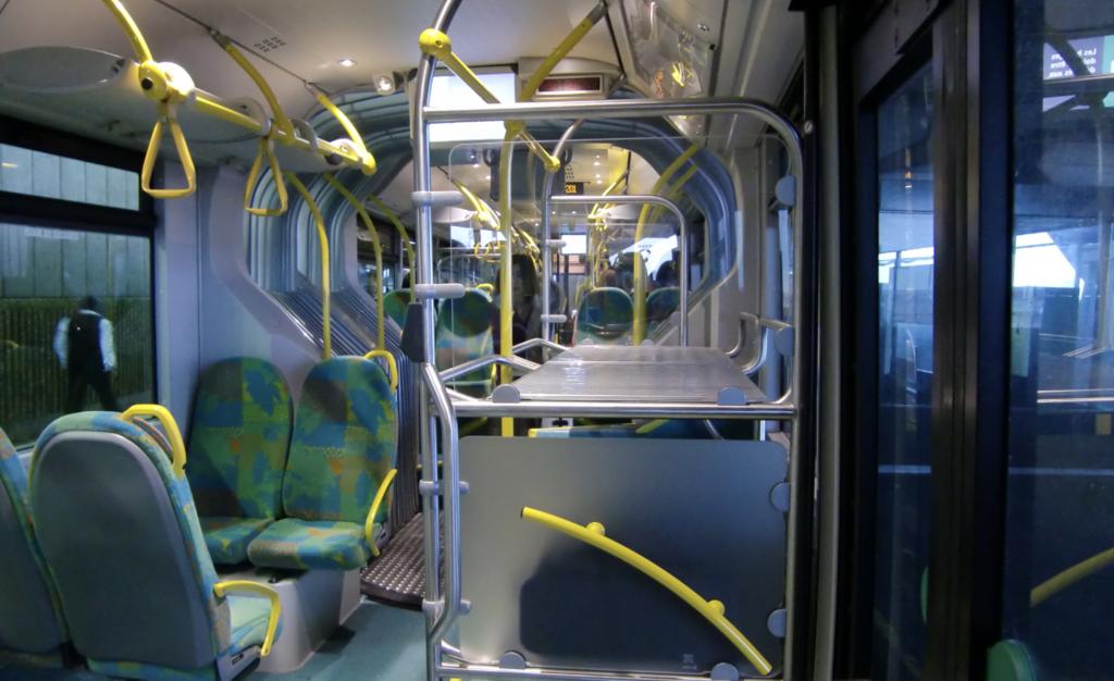 ロワシーバスの車内。スーツケースが置ける