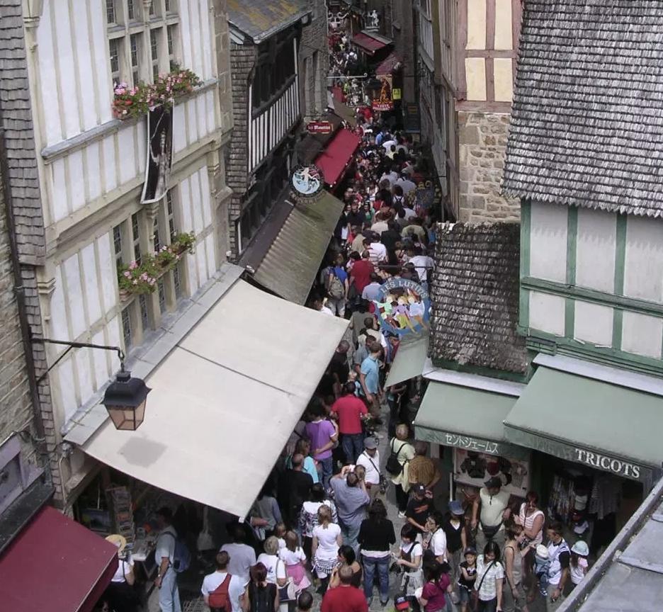 夏は観光客で大混雑