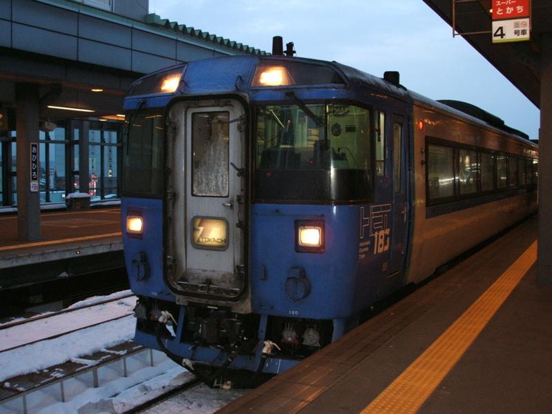 帯広駅で出発を待つとかち10号...の先頭