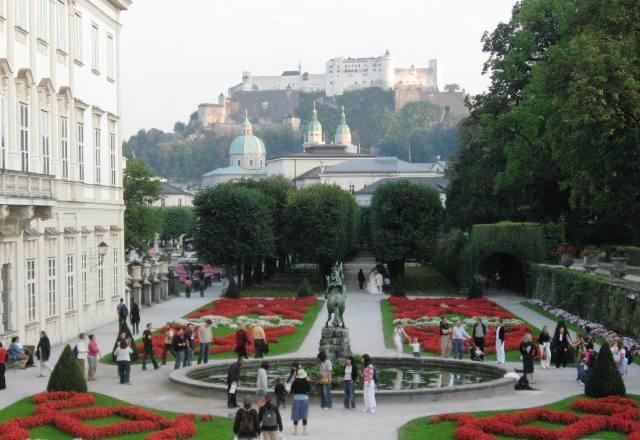 夕方のミラベル庭園からホーエンザルツブルク城塞