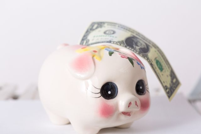 貯金箱と外国の紙幣