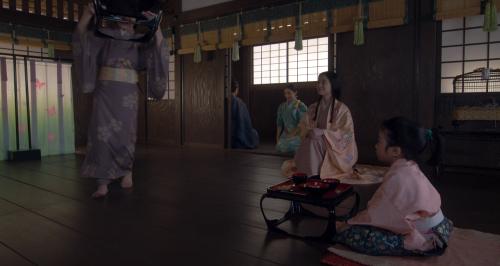 朝倉阿君丸に運ばれてきた汁物を見てほほ笑む阿犬丸の母・小宰相