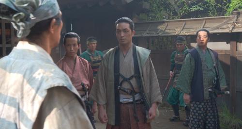 三好長虎の家臣と名乗る者たちが藤吉郎を取り囲む