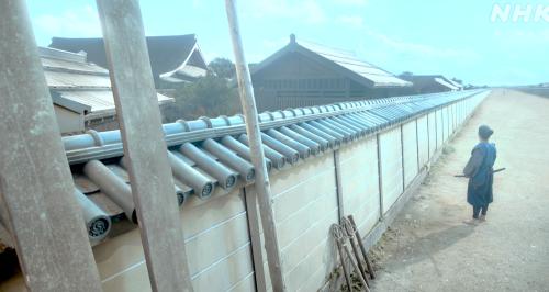 織田信長が命じて綺麗に修繕された御所の塀を眺める明智十兵衛光秀