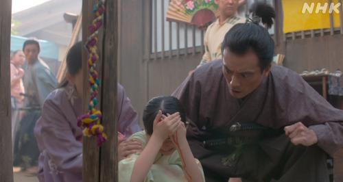 頭に石を投げつけられて出血するたまに動揺する藤田伝吾