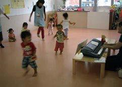 保育園で元気に遊び回る子ども達
