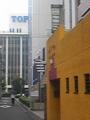 右の黄色いのが坪井医院で左奥は凸版印刷様です。