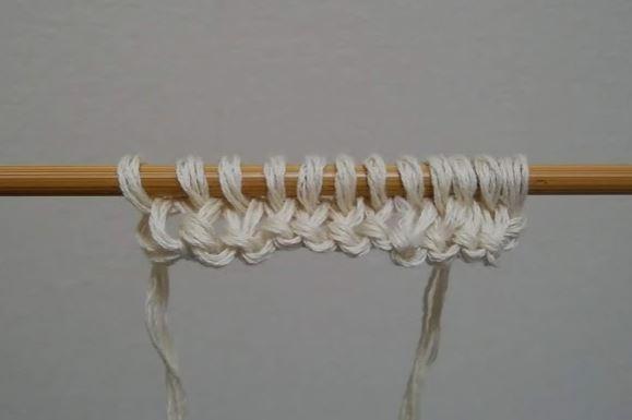 作り目をして1段編んだところ。