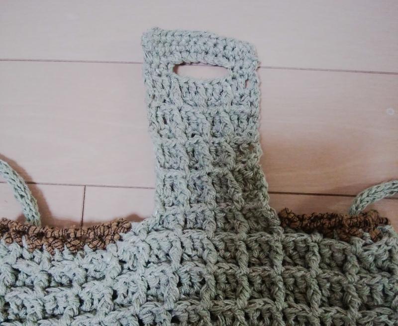 フラップとボタンホール部分。フラップは袋から続けて編む。ホールはこま編み。