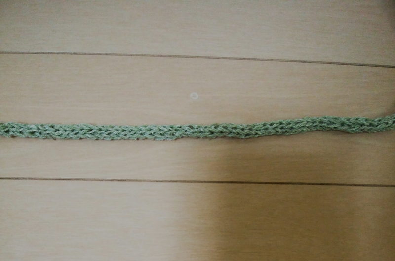 ポシェットのひも部分。紬糸2本取り、5号かぎ針で編む。