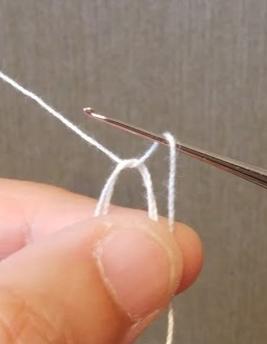 輪の作り目の方法2、糸を引き出して立ち上がりの鎖目1目作る