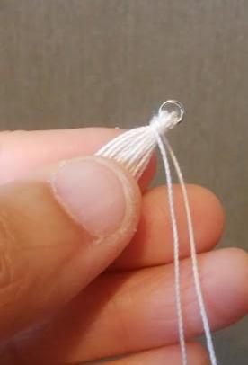 タッセルの作り方4、根元に糸を巻き付ける