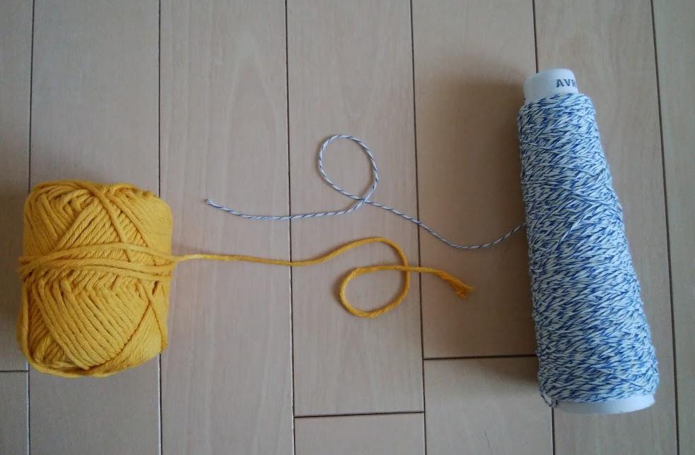右・アヴリル、左・ダイソーの毛糸