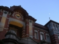 東京駅駅舎と上弦の月 2014/11/29
