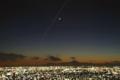 富士山を下に見て三日月の横を通過するISS(国際宇宙ステーション)