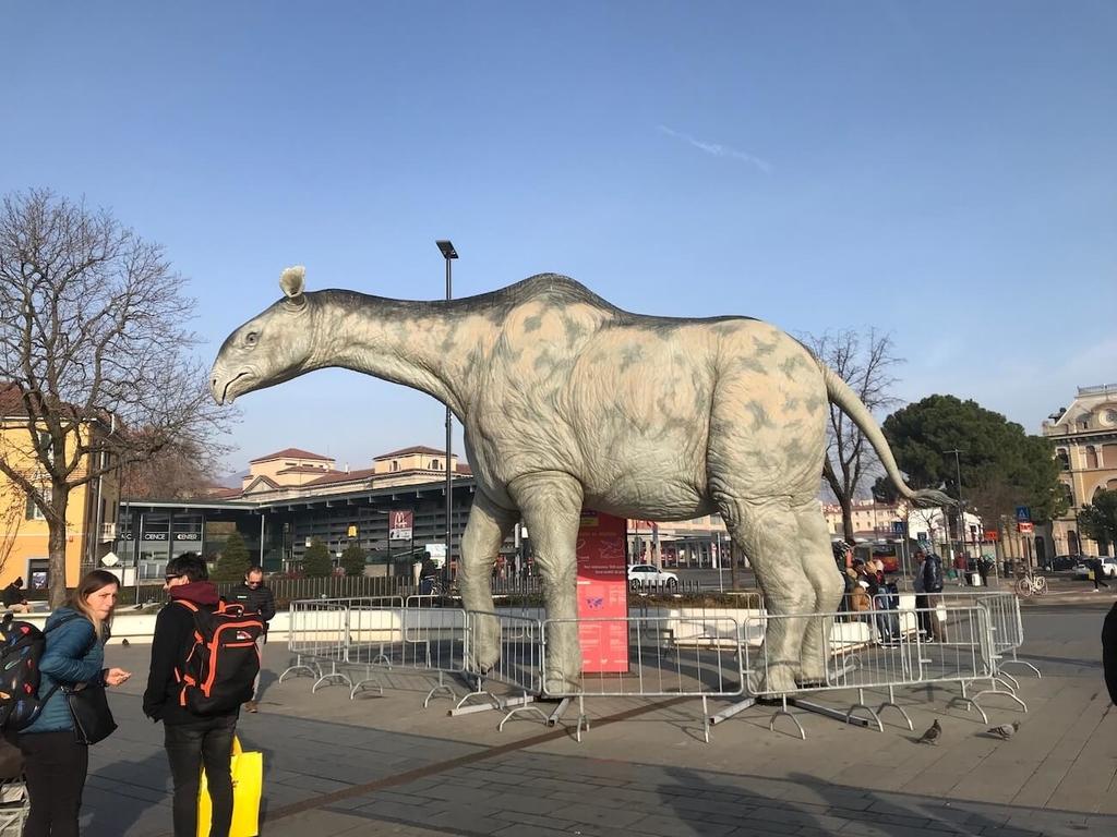 ベルガモ駅の目の前にある巨大生物のオブジェ