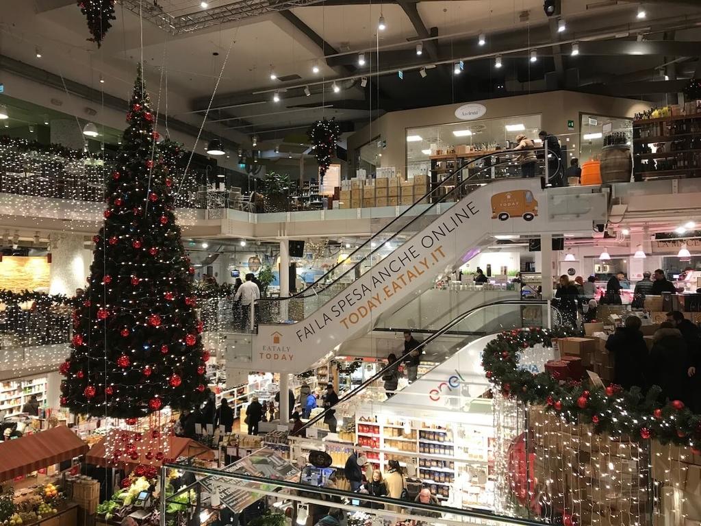クリスマスを感じるスーパー店内