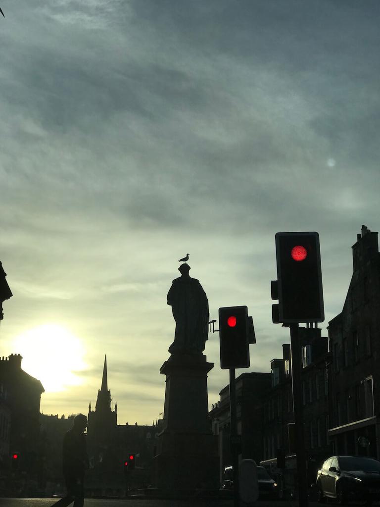 エディンバラの街中の像。頭に鳥。