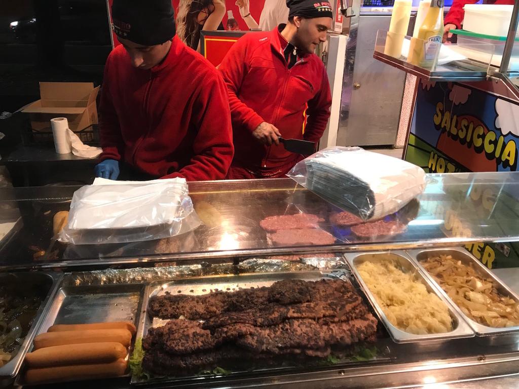 スタジアムの脇で売ってる肉挟みパン。おいしい。
