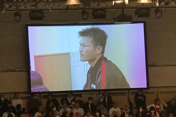スクリーンに映し出された控室の永野祐樹選手