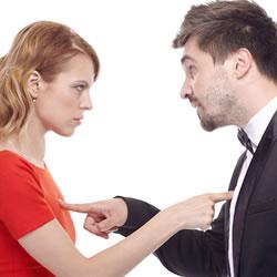 浮気を疑う、男性と女性