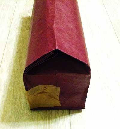パンプスを紙袋に入れる
