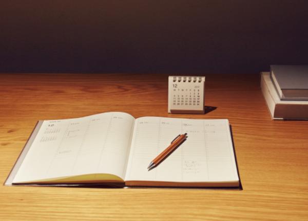 机に置かれた無印良品の手帳